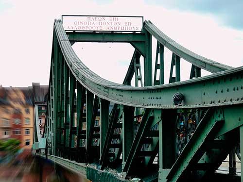 el puente de hierro en frankfurt